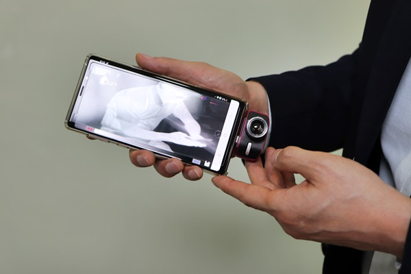 Representative Han Jeong introduces a self-developed thermal imaging camera for smartphones.  It is small in size and easy to move, so it is easy to use.